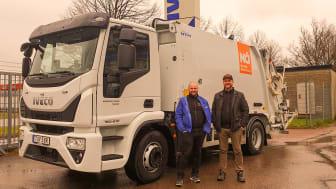 Freddy Andersson (t.v) och Joakim Lysell (t.h) från Nordisk Återvinning välkomnar varmt de nya tungviktarna från IVECO.