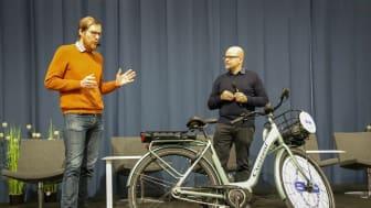 """Finska cykelförbundets ordf. Matti Koistinen (t.v) delar ut priset """"Årets vardagscykel 2020"""" till Jari Elamo, VD Cycleurope Finland (t.h)"""