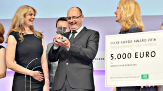 """Schauspieler Bernhard Ulrich und BR-Redakteurin Daniela Böhm freuen sich über den Felix Burda Award 2016 für """"Dahoam is Dahoam"""""""