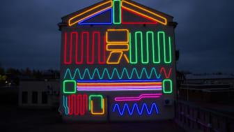 'Interactive Neon Mural #6' valaisee nyt Iisalmen syksyä. Kuva: Spidertag