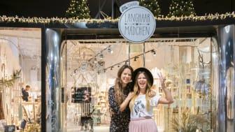 Die Unternehmerinnen Mona Mayr und Julia Schindelmann von Langhaarmädchen vor dem neuen Pop-Up-Store in der Hofstatt München © dm / Julia Malcher - PVM Production