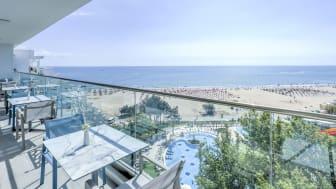 Herrlicher Ausblick auf den großzügigen Poolbereich und kilometerlangen feinsandigen Strand direkt am zukünftigen Maritim Hotel Paradise Blue Albena.