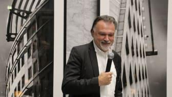 Horst Hamann bei der Eröffnung der Vernissage Vertical