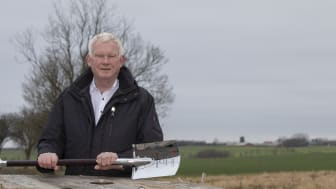 AGA´s markedsdirektør Ole Kronborg er klar til at tage første spadestik til AGA´s nye luftgasfabrik til 335 millioner kroner her på grunden uden for Vejle. Det gør han sammen med Vejles borgmester Jens Ejner Christensen (V) på torsdag.