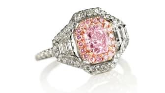 """Sjælden diamantring af 18 kt. pink og hvidguld med en naturlig """"fancy purplish pink"""" diamant på ca. 1.05 ct. og talrige """"fancy pink"""" og hvide diamanter. Vurdering: 500.000-600.000 kr."""