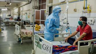 Läkaren Illham tittar till covidpatienten Pramod på ett av sjukhusen Läkare Utan Gränser arbetar på i Mumbai, Indien. Foto: Abhinav Chatterjee/Läkare Utan Gränser.