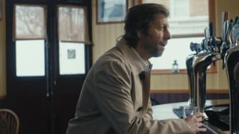"""Bar-Szene aus """"Das Gespräch"""" - TV-Spot der Felix Burda Stiftung 2019"""