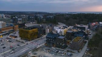 Nya Hovås är en levande stadsdel med cirka 1 000 bostäder, skola, kontor, coworking-huset The House, restauranger, mötesplatser, service och ett 30-tal butiker som samlas under namnet Small Shops.
