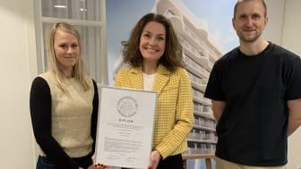 Diplom och ära! Fr v Maria Kjellgren, sälj- och marknadsansvarig, Lena Fakt, projektchef, och Victor Lekander, arkitekt.