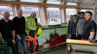 2020 12 10 Asbjørn, forældre og nogle besætningsmedlemmer foran LEGO-mosaik - credits ESVAGT