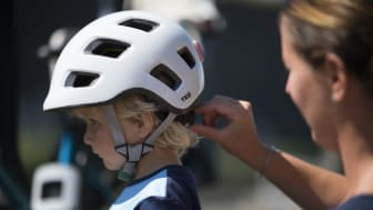 Lelle täcker hela huvudet och har en passform som är djupare, vilket ger ett bättre skydd mot huvudet. En passform på barnhjälmar som tidigare aldrig har gjorts i Sverige.