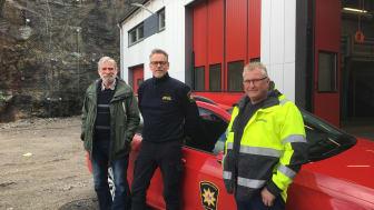 Här syns Christian Ruist, huvudprojektlededare Uddevalla kommun, Magnus Lagrell, insatsledare räddningstjänsten och Anders Lundblad, platschef Serneke vid den nyrenoverade brandstationsbyggnaden.