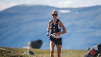 Fanny Borgström imponerade och vann sin andra raka seger på nytt dambanrekord och tog sig som första kvinna under fyra timmar på KIA Fjällmaraton.
