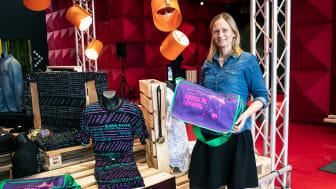 Malene Knudsen viser nogle af de nye varer frem i museumsbutikken, som er klar til at sælge eksklusivt merch. Foto: Maria Louise Olsson/RAGNAROCK