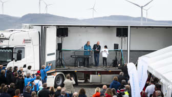 Snoren klippes av ordfører Einar Eian og Lisa Møllevik fra Sør-Roan barneskole