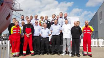 Gudmor Hedda Felin (Statoil UK) sammen med Kristian Ole Jakobsen (COO ESVAGT), Rune Rønvik (Statoil UK Wind) og besætningen på 'Esvagt Njord'