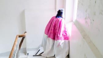 Kiyoshi Yamamoto i en av dräkterna som han skapat under residenset. Foto: Ella Aandal