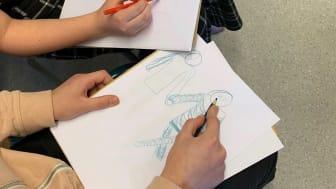 barn som tecknar
