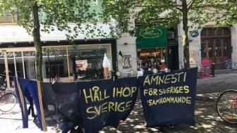 På Södra Förstadsgatan i Malmö kämpade Celia Linde i blåsten, för att sätta upp banderoller med krav på amnesti. - De som flyr krig och förföljelse har rätt att få asylrätten prövad. EU måste samla sig runt en gemensam flyktingpolitik. Foto: EvaMärta