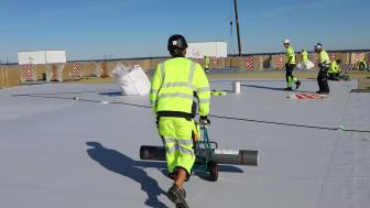 Sikaplan® är en takduk anpassad för exponerade, plana och låglutande tak som även passar för installationer i kallt klimat.