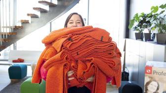VARME I MØRKETIDEN: Oransjeskjerfkampanjen til Kirkens Bymisjon er et sikkert høsttegn for å spre varme inn i mørketiden. Foto: Sopra Steria