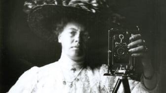 Självporträtt av okänd fotograf, ca 1910. Göteborgs stadsmuseums arkiv.