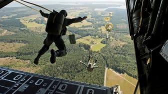 Utbildning i fallskärmshoppning över Flugebyn, ett skolflygfält utanför Karlsborg. Uthoppet sker från 350 meter och kadetterna genomför sitt första hopp. Foto: Jimmy Croona, Combat Camera/Försvarsmakten