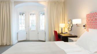 Elite-stadshotellet-karlstad-hotellrum-med-sang-stort-fonster.jpg