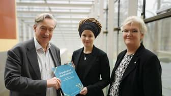 Erik Fichtelius (nationell utredare), Amanda Lind (kultur- och demokratiminister) och Gunilla Herdenberg (riksbibliotekarie). Foto: Lina Löfström Baker/KB