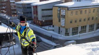 """Takskottare som är licenserade enligt """"Skotta säkert"""" har god kunskap om hur de ska arbeta för att undvika skador på fastigheter, personer och egendom. Foto: Mikael Lundgren"""