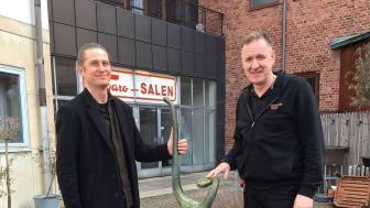 Joacim Eneroth, intendent för offentlig konst och Samir Katadzic, koordinator på Halmstad Teater vid Bernard Anderssons fontän med den återbördade bronslyran.