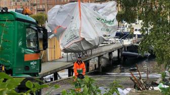 Henrik är chaufför på Ragn-Sells. Den här dagen har Rena Mälaren bett honom tömma några avfallssäckar på kajen intill Junibacken på Djurgården i Stockholm.