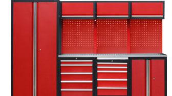 Den nya rödsvarta garageinredningen från Verktygsboden har flera smarta förvaringslösningar, som till exempel en integrerad verktygsvagn på hjul.