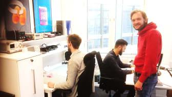 Daniel Wahlberg (th) med nya kollegorna på Knightec i Göteborg
