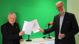 NMFs generalsekretær Karl Ole Midtbø (t.v) og norgessjef for Tryg forsikring, Espen Opedal har signert en samarbeidsavtale for fem nye år.