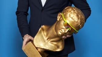 CMO Consumer i Telenor, Tor-Arne Fosser, holder den buste, som bliver en af frontfigurerne i de kommende reklamer for MaxSpeed