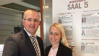 Volker Mauß und Katy Hennes, apoBank, stellen den Teilnehmern des Institutional Money Kongress apoScore vor. Quelle: apoBank