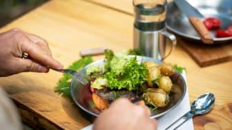Boka bord på fjället och laga din egen lunch utomhus