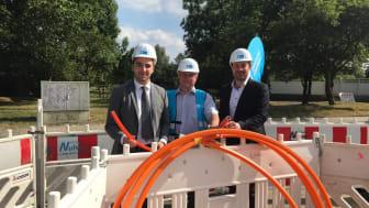 Spatenstich zum Glasfaserausbau (von rechts): Sandro Zehner (Bürgermeister Taunusstein), Michael Meixelsberger (Bauleiter Deutsche Glasfaser), Alexander Stange (Geschäftskundenberater Deutsche Glasfaser). (DG)