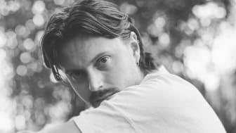 Jesper Lindells nya singel »White Lines« är det andra smakprovet från kommande albumet »Twilights«,