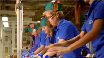 Èn dag om året ruller legetøjsbiler ud fra Fords fabrik