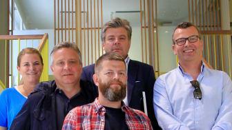 ENIGE OM Å HEDRE GOD RADIOREKLAME: Fra venstre: Charlotte Førli (P4-gruppen), Terje Dagestad-Larsen (P4-gruppen), Alexander Gjersøe (SMFB), Kjell Ove Flemmen (Bauer Media), Bjarte Øgrey (Bauer Media)