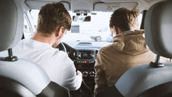 En passager får et lift af en chauffør.