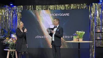 Lucia Naldi representerade JU och delade ut priset Årets Brobryggare på Jönköpingsgalan. Här tillsammans med programledare Stefan Fur.