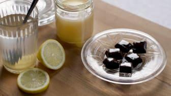 Honungsvatten med citron eller timjan och lakristkola kan lindra hosta och halsont. Foto: Anna Lind Lewin.