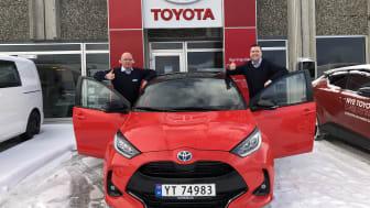 Det er alle våre Yaris-kunder vi skal takke for at modellen har blitt en så stor suksess her hjemme, sier daglig leder Leif Kåre Klokseth t.v. og bilselger Ole Jonny Lorenzen t.h. ved Nordvik Toyota Leknes.  Foto: Nordvik AS.