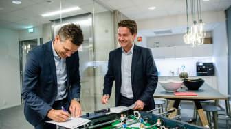 FORNØYDE: (fra venstre) Rune Garborg i Vipps og Eilert G. Hanoa i Visma underskriver avtalen som vil digitalisere og forenkle fakturabetalinger i Norge