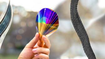 Exempel på organisk elektronik som drar nytta av genombrottet: flexibla solceller (levererade av Epishine AB), elektroniska papper och piezoelektriska textilier. Fotomontage: Johan Bodell/Chalmers