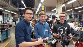 Lukas Schopohl, Julius Schäfer und Simon Schulte in der Ausbildungswerkstatt von Westfalen Weser Netz in Kirchlengern beim Energy Camp (v. l.).
