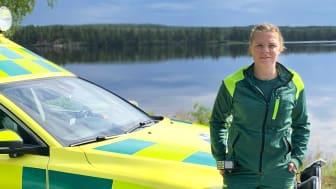 Victoria Gustafsson, undersköterska vid ambulansen och akutmottagningen på Lycksele lasarett, ger råd för en säkrare sommar på och i vattnet.